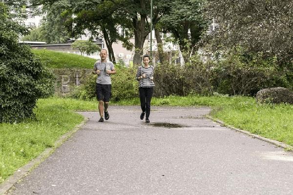 dwójka ludzi truchtających slow jogging podczas treningu indywidualnego